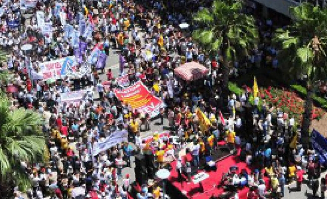 İzmir'de 10 Bin Memur Yollara Döküldü