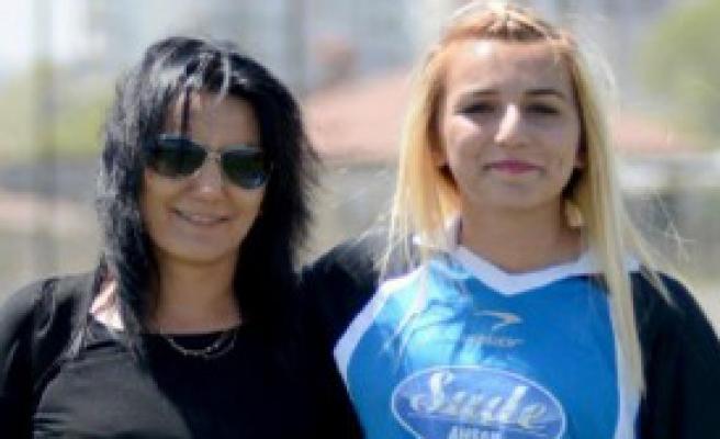 Kayserili Kadın Futbolcuya Anne Desteği
