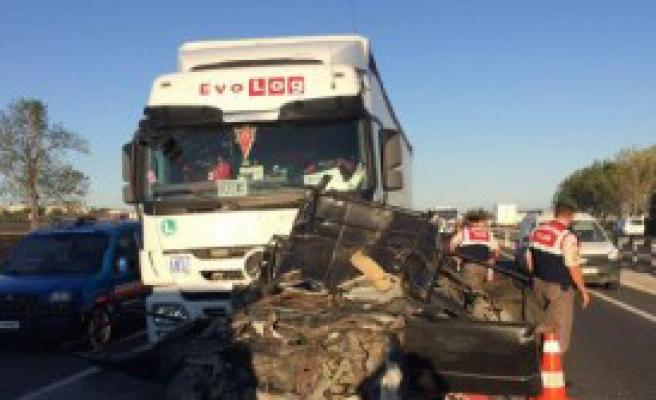 İki Tır Arasında Sıkışan Otomobildeki 5 Kişi Öldü