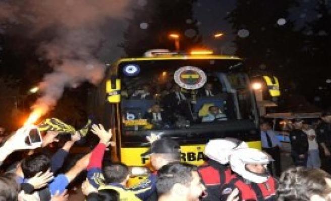 Fenerbahçe Kafilesini Adana'da Taraftarları Karşıladı