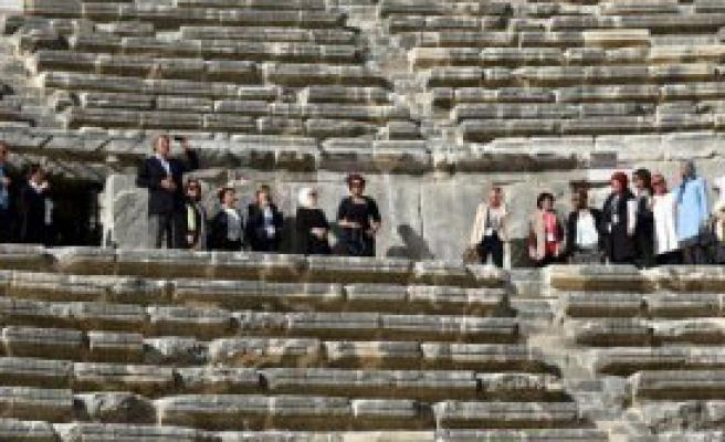 Lider Eşleri Aspendos'u Gezdi