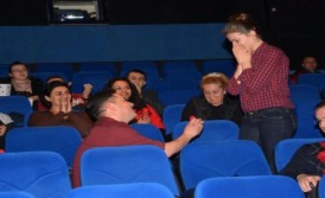 Film Arasında Sürpriz Evlilik Teklifi