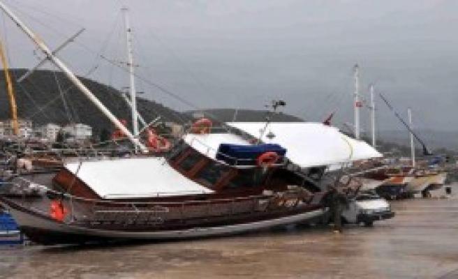 Fırtına Karadaki Tekneleri Devirdi