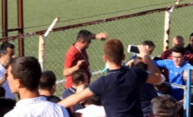 Futbolcular Tribündeki Kavgaya Müdahale Etmek İstedi, Hakem İzin Vermedi