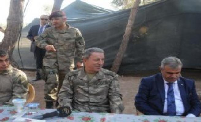 Akar, Sınırdaki Askerlerle Bayramlaştı