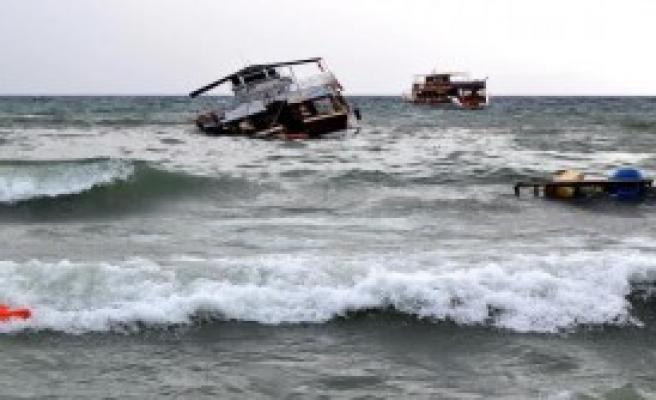 Gezi Teknesi Karaya Oturdu