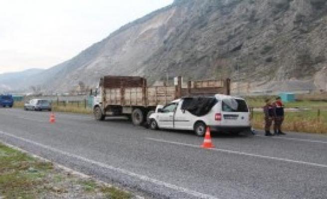 Ticari Araç Kamyona Çarptı