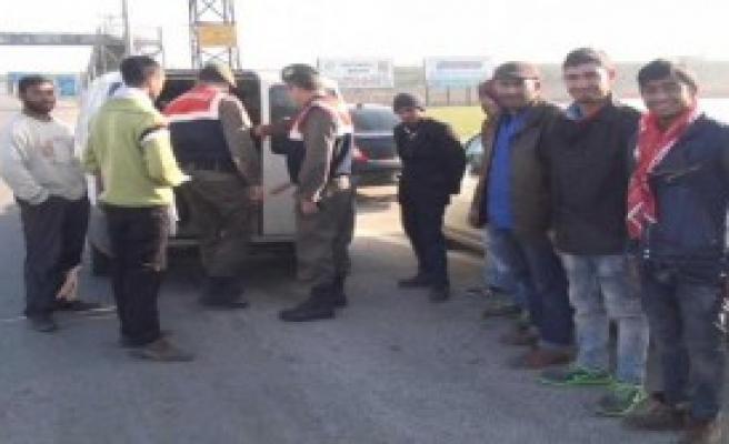 Hafif Ticari Araçtan 14 Kişi Çıktı