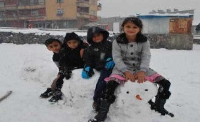 Hakkari'de Kar Çocukları Sevindirdi