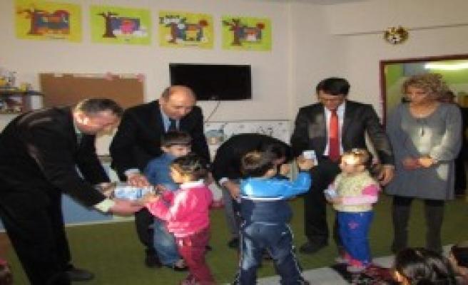 Hakkari'de Öğrencilere Süt Dağıtıldı