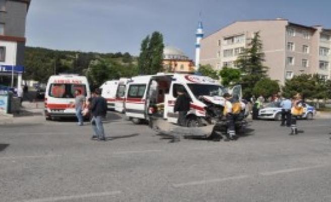 Ambulans Kaza Yaptı: 2 Yaralı