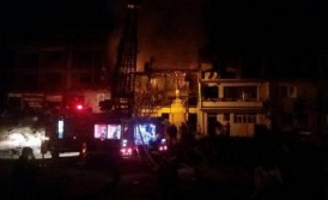 İki Katlı Bina Çıkan Yangında Kül Oldu