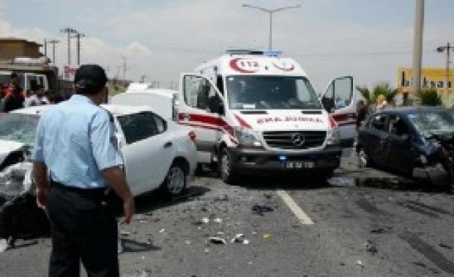 İki Otomobil Karşılıklı Çarpıştı: 8 Yaralı