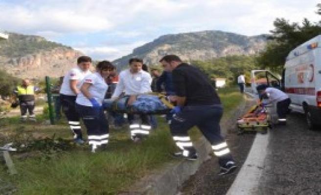 İşçi Servisi Refüje Çarptı: 7 Yaralı