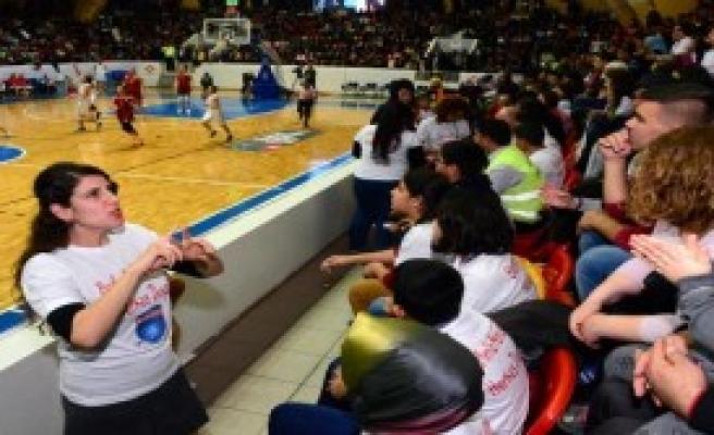 İşitme Engelliler Basketbol Maçı İzledi