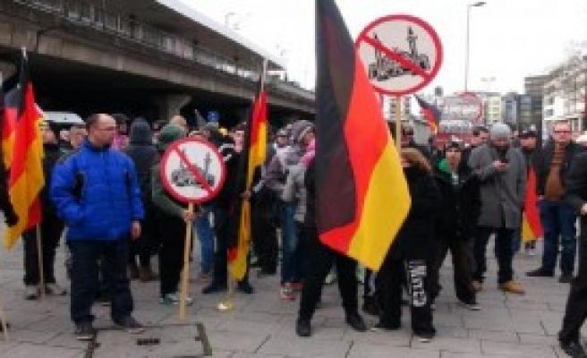 İslam Karşıtları Köln'de Gösteri Yaptı