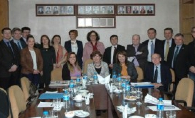 İzmir'de Yargı-Medya İlişkileri Konuşuldu