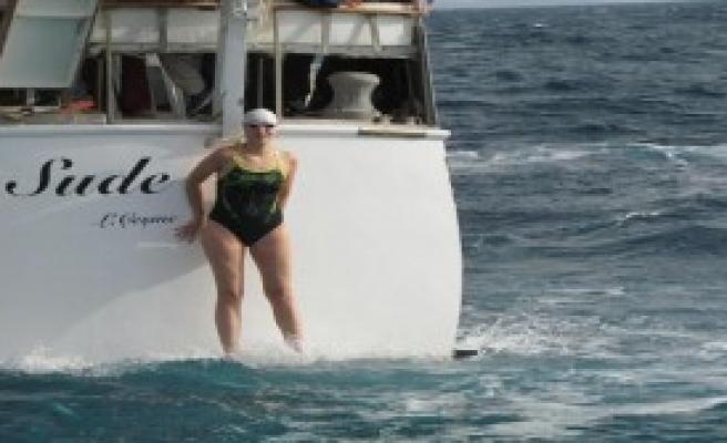 İzmirli Kadın Yüzücü Dostluk İçin Kulaç Attı
