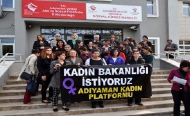 Kadınlar, Kadın Cinayetlerini Protesto Etti