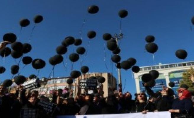 Kadınlardan Şiddete Siyah Balonlu Tepki