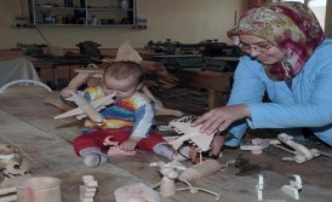 Kadınlar Ekolojik Oyuncaklar Üretiyor