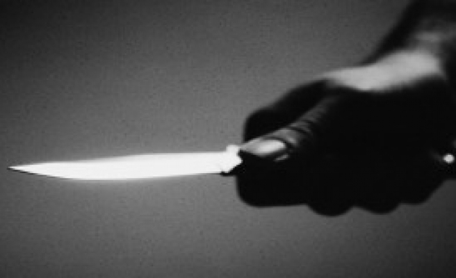 Kafasına Istakayla Vuran Şahsı Bıçakladı
