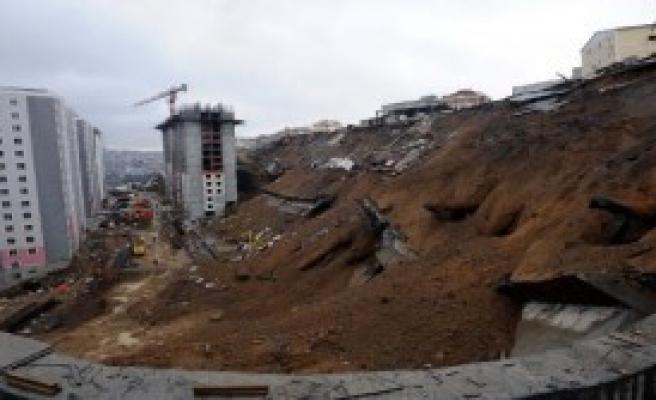 Belediye Şantiyesi'ndeki Duvar Böyle Çöktü
