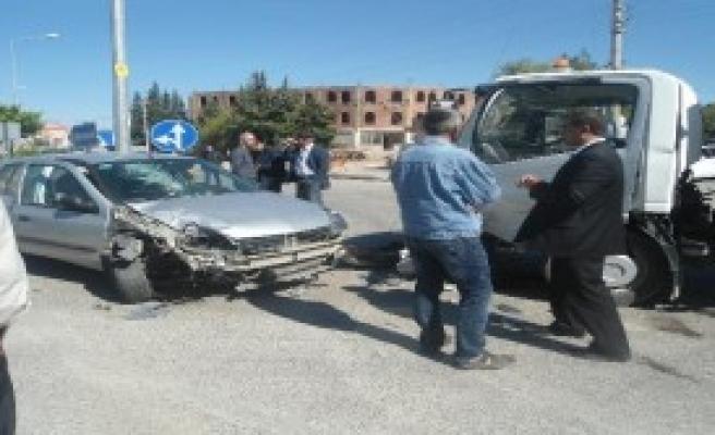 Kahta'da Çöp Kamyonu İle Otomobil Çarpıştı: 2 Yaralı