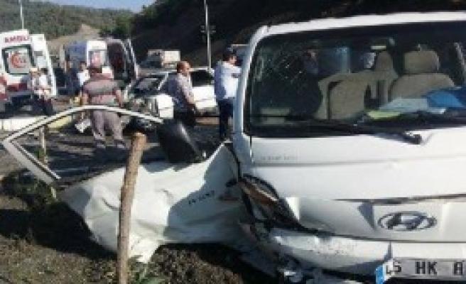 Kamyonet İle Otomobil Çarpıştı: 9 Yaralı