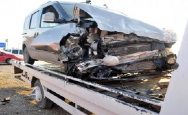 Kamyonetle Minibüs  Çarpıştı; 1 Ölü, 20 Yaralı