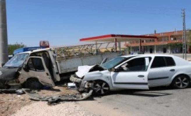 Kamyonetle Otomobil Çarpıştı: 7 Yaralı