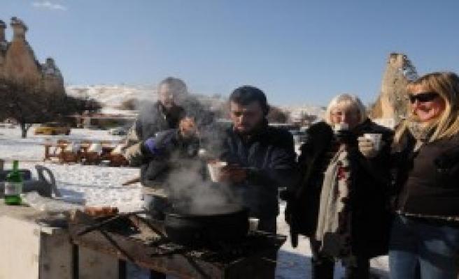 Kapadokya'da Turistlere Sıcak Şarap