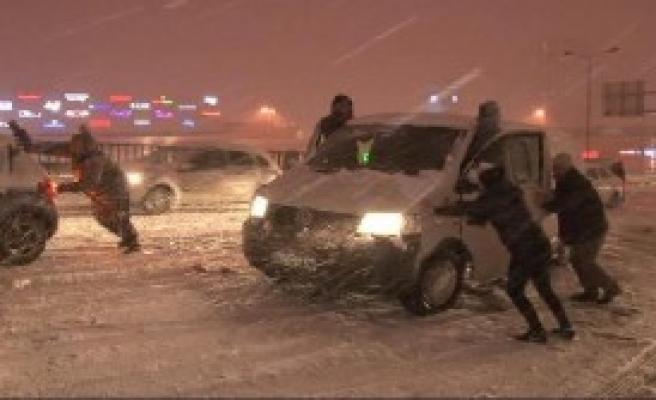 Kar Yağdı, Araçlar Yollarda Kaldı