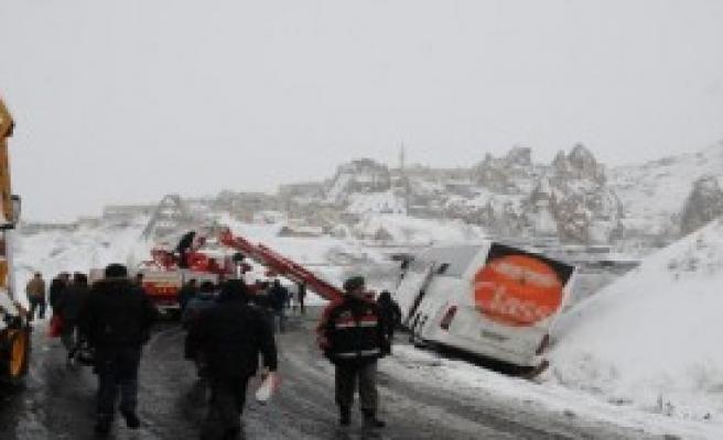 Karda Kayan Otobüs Yoldan Çıktı
