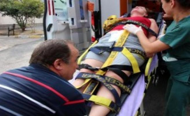 Karnındaki Bıçakla Hastaneye Kaldırıldı