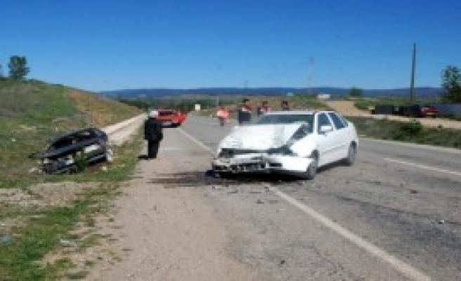 Kastamonu'da 2 Otomobil Çarpıştı: 2 Yaralı