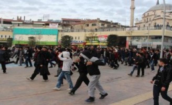 300 Öğrenciyi Polis Durdurdu