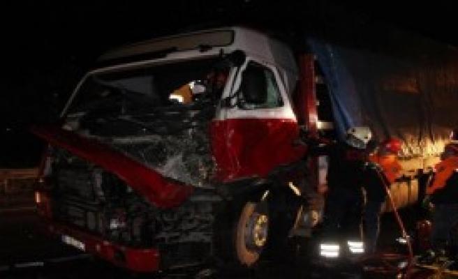 Kazada Sıkışan TIR Sürücüsünü İtfaiye Kurtardı