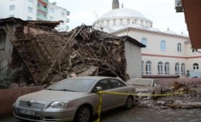 Kerpiç Bina Otomobillerin Üzerine Yıkıldı