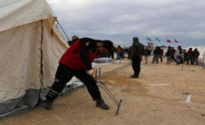 Sınırdaki Suriyeliler Yaşam Mücadelesi Veriyor