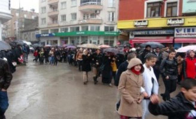 Kilis'te Öğrenciler Özgecan İçin Yürüdü