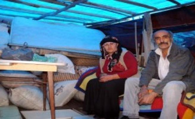 Çocukları Yurda Verip Çadıra Sığındı