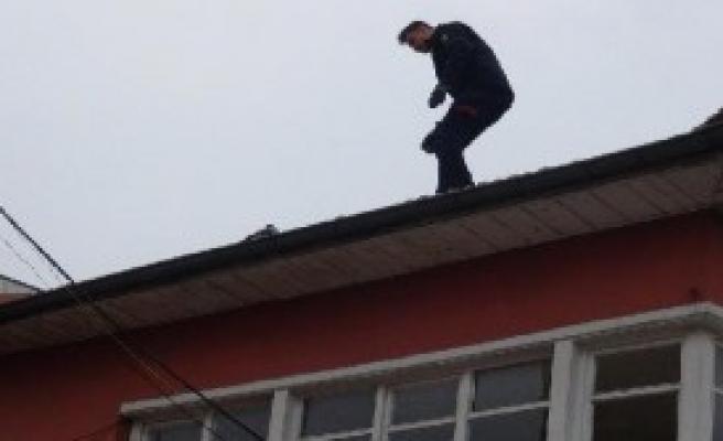 Kiremitler Arasına Sıkışan Güvercini İtfaiye Kurtardı
