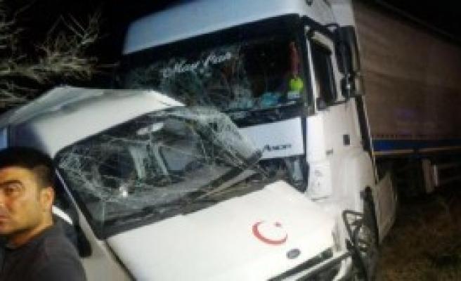 Kırıkkale'de Minibüse Tır Çarptı: 2 Ölü, 1 Yaralı