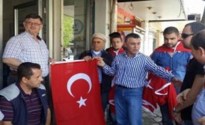 Kırkağaç'ta Esnafa Bayrak Dağıtıldı