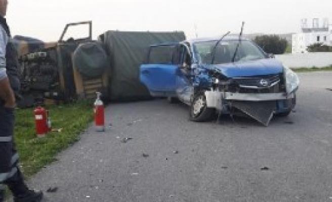 KKTC'de Otomobil Askeri Araca Çarptı