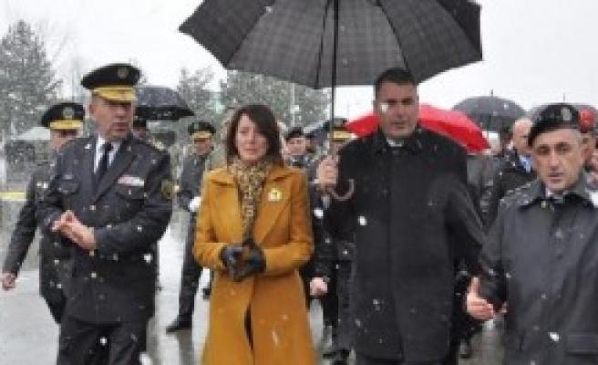 Kosova Cumhurbaşkanı Kışlayı Ziyaret Etti, Silahları İnceledi
