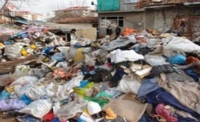 Kötü Kokan Evden 4 Kamyon Çöp Çıktı