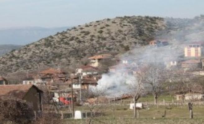 Köydeki Yangında 3 Ev Yandı