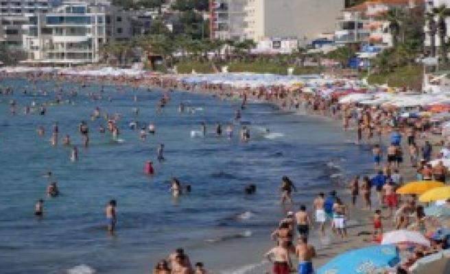 Kuşadası'nda Dalgalar Plajları Dövdü